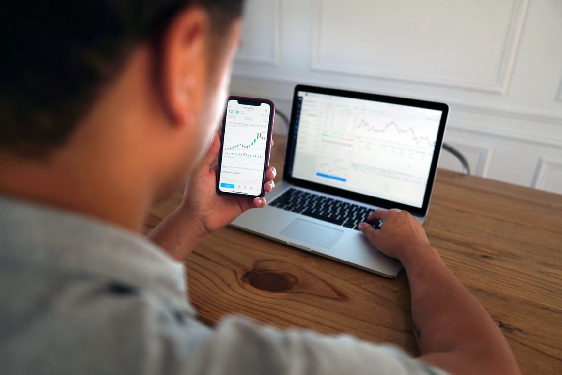man doing day trading